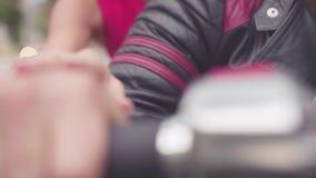 Nahaufnahme von Paaren in der Motorradreise ablage Nahaufnahme von Händen von Liebhabern auf Griff des Motorrades Frau sexuell stock video footage