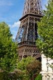 Der Eiffelturm im Frühjahr lizenzfreie stockfotos