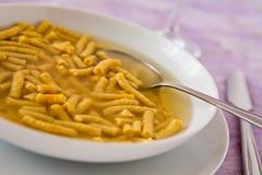 Nahaufnahme von Passatelli in den ursprünglichen italienischen Teigwaren der Suppe lizenzfreie stockfotos
