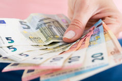 Nahaufnahme von Person Hand Showing Euro Currency lizenzfreies stockfoto