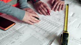 Nahaufnahme von Person ` s Ingenieur Hand Drawing Plan auf Blaupause mit Architektenausrüstung, Architekten, die an sich besprech stock video footage