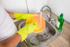 Nahaufnahme von Person Washing Plate Stockbilder