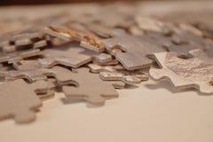 Nahaufnahme von Puzzlespielblöcken auf Weißbuch lizenzfreies stockbild