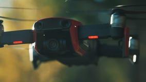 Nahaufnahme von quadcopter Kamera Sensoren auf dem Hubschrauber Schießen auf dem Brummen auf Natursommer oder Herbst stock footage