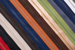 Nahaufnahme von Reißverschlüssen von verschiedenen Farben lizenzfreies stockfoto