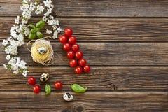 Nahaufnahme von rohen traditionellen italienischen Teigwaren mit Kirschtomaten Stockbilder