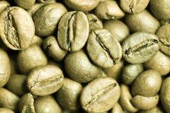 Nahaufnahme von Rohkaffeebohnen. Stockfoto