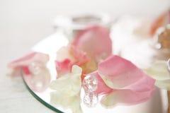 Nahaufnahme von rosafarbenen Blumenblättern und von Diamanten Stockbild