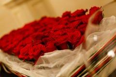 Nahaufnahme von roten Rosen eines schönen Blumenstraußes Stockfotografie
