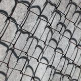 Nahaufnahme von Rusty Barbed Wire rasterfeld lizenzfreie stockbilder