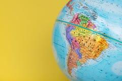 Nahaufnahme von Südamerika auf Kugel mit festem gelbem Hintergrund stockbild