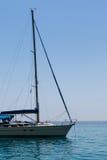 Nahaufnahme von Sailboat& x27; s-Bogen verankert auf Serene Sea Stockfotos