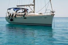 Nahaufnahme von Sailboat& x27; s-Bogen verankert auf Serene Sea Lizenzfreies Stockfoto