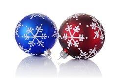 Nahaufnahme von schönen blauen und roten Weihnachtsbällen mit Schneeflockenmuster Lizenzfreie Stockfotos