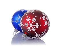 Nahaufnahme von schönen blauen und roten Weihnachtsbällen mit Schneeflockenmuster Stockbild
