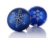 Nahaufnahme von schönen blauen Weihnachtsbällen mit Schneeflockenmuster Stockbilder