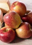 Nahaufnahme von schönen roten und gelben Äpfeln lizenzfreie stockfotos