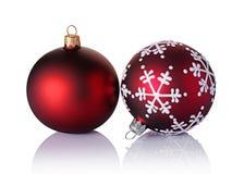 Nahaufnahme von schönen roten Weihnachtsbällen mit Schneeflockenmuster Stockfotos