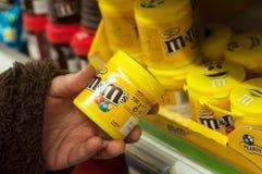 Nahaufnahme von Schokoladen von m& Fraumarke in der Hand bei Cora Supermarket lizenzfreies stockfoto