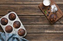 Nahaufnahme von Schokoladenkleinen kuchen auf weißer Holzkiste mit Blaubeeren auf hölzernem Hintergrund Lizenzfreies Stockbild