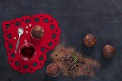 Nahaufnahme von Schokoladenkleinen kuchen mit Löffel und Teeschale auf rotem Herz-förmigem Brett Stockbilder
