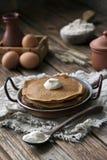 Nahaufnahme von Schokoladenpfannkuchen mit Orangen auf blauer Platte Lizenzfreies Stockfoto