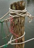 Nahaufnahme von Seilen auf einem verwitterten Dock Stockbild