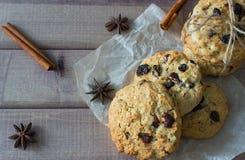 Nahaufnahme von selbst gemachten Mutterschokoladenplätzchen mit Gewürzen Lizenzfreies Stockfoto