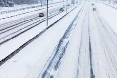 Nahaufnahme von Snowy-Landstraße von oben Stockfotografie