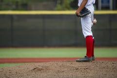 Nahaufnahme von Spieler ` s Hand, die Baseball hält lizenzfreie stockfotos