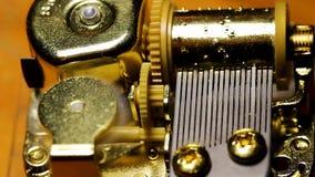 Nahaufnahme von Spieluhr-Funktionen Plastik und von Metallteil-Bewegen stock footage