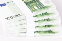 Nahaufnahme von Stapeln von 100 Eurobanknoten Stockbilder