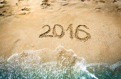 Nahaufnahme von 2016 Stellen geschrieben auf nassen Sand an der Küste Lizenzfreie Stockfotografie