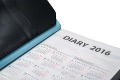 Nahaufnahme von Tagebuchbuch 2016 mit Kalender auf weißem Hintergrund Stockbild