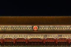 Nahaufnahme von Tiananmen-Tor mit archiectural Details und Hoheitszeichen von China nachts, in Peking, China lizenzfreie stockfotografie