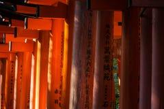 Nahaufnahme von Torii-Toren an Schrein Fushimi Inari in Kyoto, Schrein Japan Schrein Fushimi Inari ist eine von 17 UNESCO-Welterb Lizenzfreie Stockfotografie