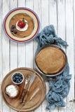 Nahaufnahme von traditionellen selbst gemachten Pfannkuchen in den Platten auf weißem Hintergrund Feier von Maslenitsa Stockfotos
