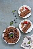 Nahaufnahme von traditionellen selbst gemachten Schokoladenpfannkuchen in den weißen Platten auf grauem Hintergrund Feier von Mas Stockbild