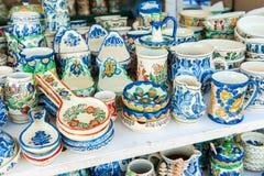 Nahaufnahme von traditioneller Rumäne farbigen handgemachten Tonwaren Stockbilder