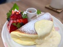 Nahaufnahme von Vanille Kuchen gedient mit in Platte auf Tabelle lizenzfreie stockfotografie