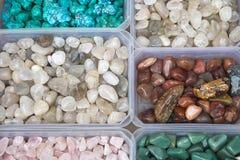 Nahaufnahme von verschiedenen bunten Steinen Quarz, Marmore, Erzmineralien, Edelsteine Stockfotografie