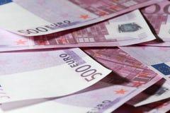 Nahaufnahme von vielen Bündel von 500 Eurobanknoten Lizenzfreie Stockfotos