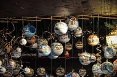 Nahaufnahme von Vielzahl Weihnachtsdekorationen im Verkauf am Markt Stockbilder