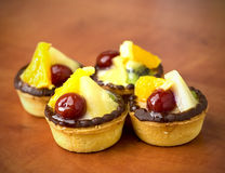 Nahaufnahme von vier köstlichen Fruchtnachtischtörtchen Lizenzfreies Stockfoto