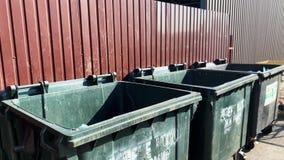 Nahaufnahme von Würfen eine Tasche des Abfalls in einen Plastikbehälter stock video