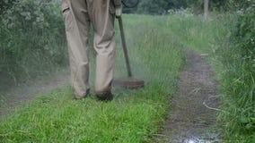 Nahaufnahme von Wasserregentropfen steigen von Trimmer geschnittenem nassem Gras stock video