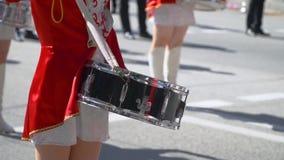 Nahaufnahme von weiblichen Handschlagzeugern klopfen in der Trommel ihrer Stöcke Straßenleistung anlässlich stock video