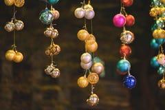 Nahaufnahme von Weihnachtsfeiertags-Baumdekorationen mit bokeh auf Hintergrund Lizenzfreies Stockbild