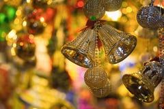 Nahaufnahme von Weihnachtsfeiertags-Baumdekorationen mit bokeh auf Hintergrund Stockfotos