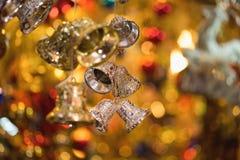 Nahaufnahme von Weihnachtsfeiertags-Baumdekorationen mit bokeh auf Hintergrund Stockbilder